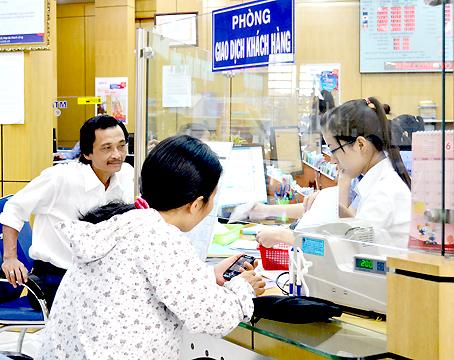 Người dân đến giao dịch tại Ngân hàng đầu tư và phát triển (BIDV) chi nhánh Đồng Nai.