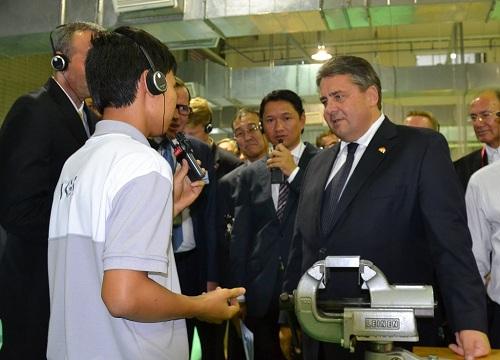 Phó thủ tướng Đức - ông Sigmar Gabriel đang thăm lớp đào tạo kỹ thuật củaCông ty Bosch