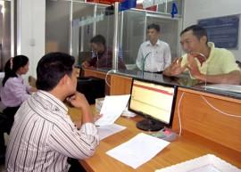 Công chức Phòng Đăng ký kinh doanh (Sở Kế hoạch - đầu tư) hướng dẫn thủ tục hành chính cho các cá nhân, doanh nghiệp.
